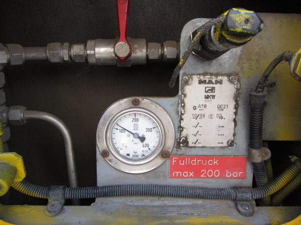 MAN NG 232 betöltőnyílás és nyomásmérő